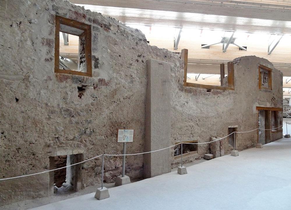 Die Ausgrabungsstätte Akrotiri, die uns einen Einblick in die Kultur und zivilisatorischen Leistungen der ehemaligen bronzezeitlichen Gesellschft der Bewohner gibt