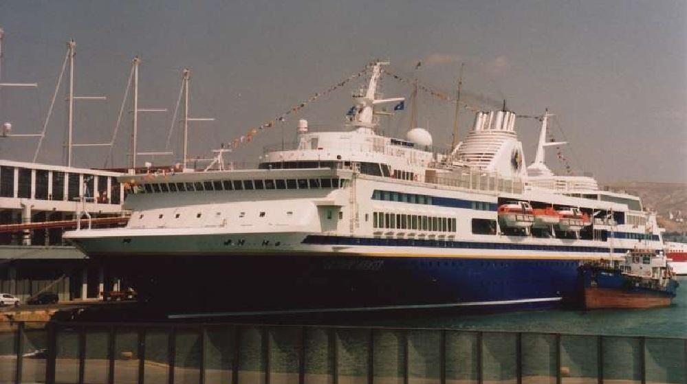 Olympic Voyager ankert in Athen am Kreuzfahrt Terminal