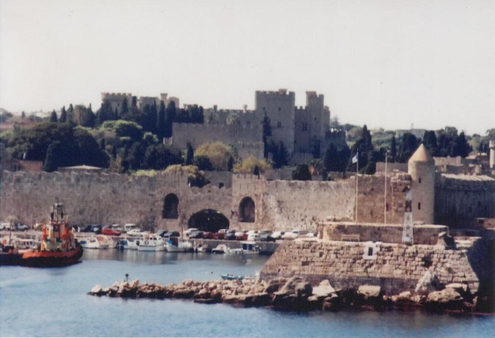 Rhodos der alte Hafen und sein Tor zur Stadt