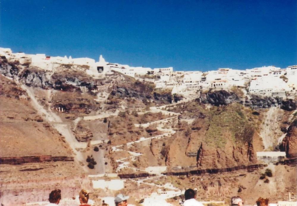 Kaldera, mit der alten Serpentinenstraße zum Ort
